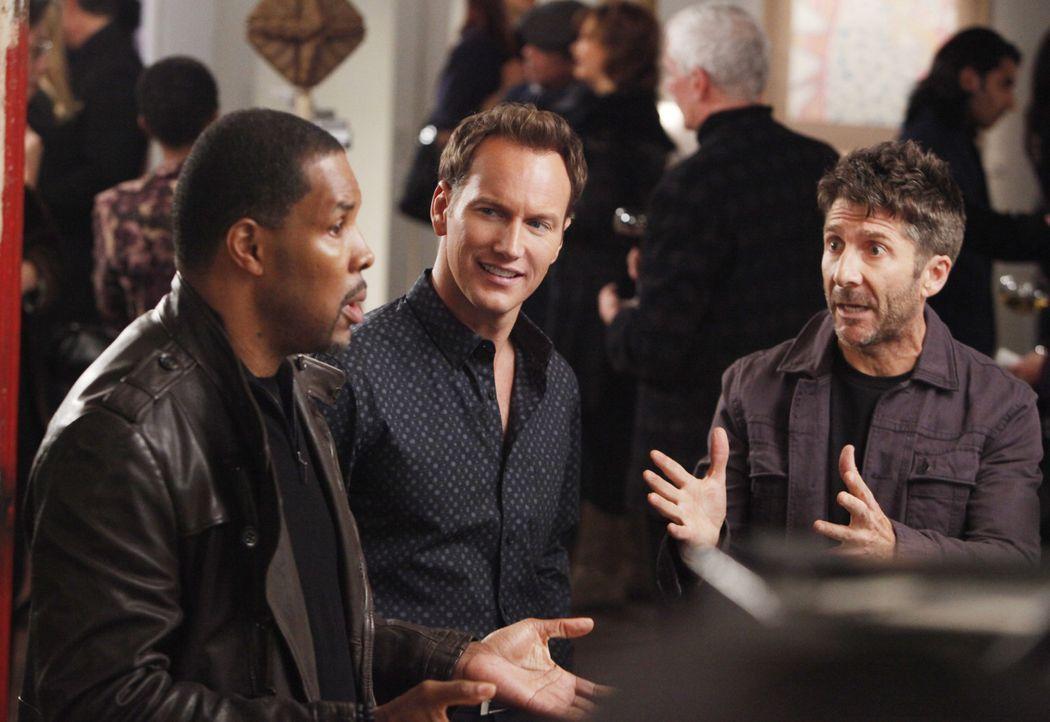 E-Mo (Eriq La Salle, l.) und Michael (Patrick Wilson, M.) lernen auf einer Party Charlie (Leland Orser, r.) kennen, einen völlig überdrehten und  - Bildquelle: 2011 CBS BROADCASTING INC. ALL RIGHTS RESERVED