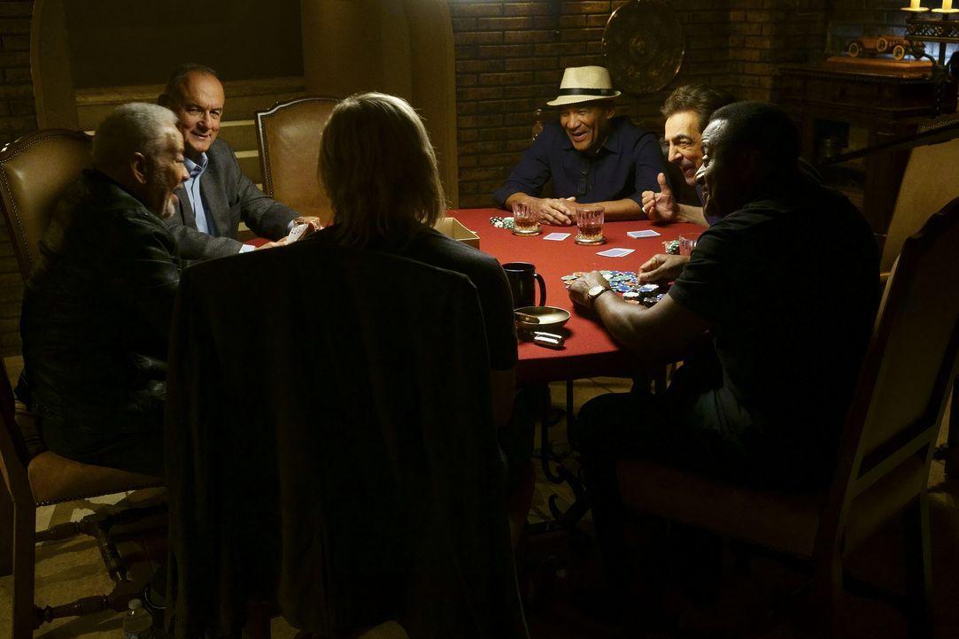 Nachdem das Team einen neuen Fall untersucht hat, wartet ein Männer-Pokerabend auf einen Teil davon: Bill Withers (Bill Withers, l.), Joe Walsh (Joe... - Bildquelle: Monty Brinton 2016 American Broadcasting Companies, Inc. All rights reserved. / Monty Brinton