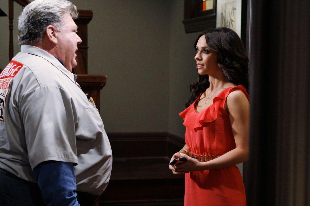Melinda (Jennifer Love Hewitt, r.) ist überrascht als der Klempner George (George Wendt, l.) bei ihr zuhause auftaucht ... - Bildquelle: ABC Studios