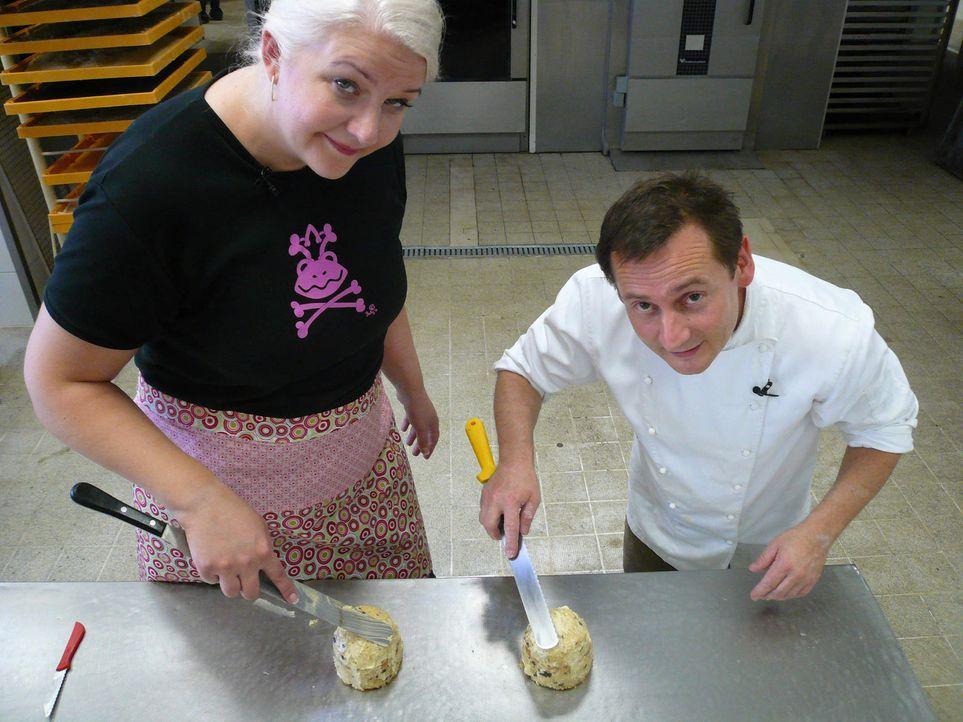 Frank Steidl (r.) und Betty (l.) legen sich voll ins Zeug, schließlich wollen sie mit ihrem aktuellen Auftrag rechtzeitig fertig werden! - Bildquelle: kabel eins