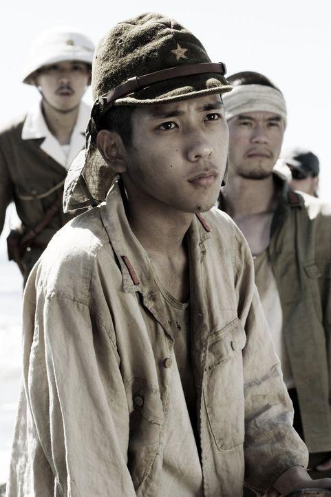 Der japanische Soldat Saigo (Kazunari Ninomiya) hebt zusammen mit seinen Kameraden die Schützengräben aus. Schaufeln sie ihr eigenes Grab? - Bildquelle: Warner Bros.