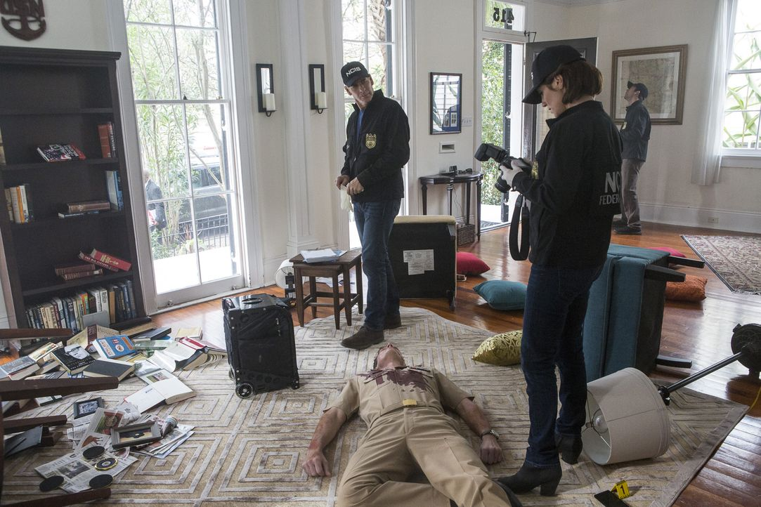 Captain James Grant (Clay Edmund Kraski, liegend) wurde während er im Radio zu hören war erschossen. Pride (Scott Bakula, l.), Brody (Zoe McLellan,... - Bildquelle: Skip Bolen 2016 CBS Broadcasting, Inc. All Rights Reserved