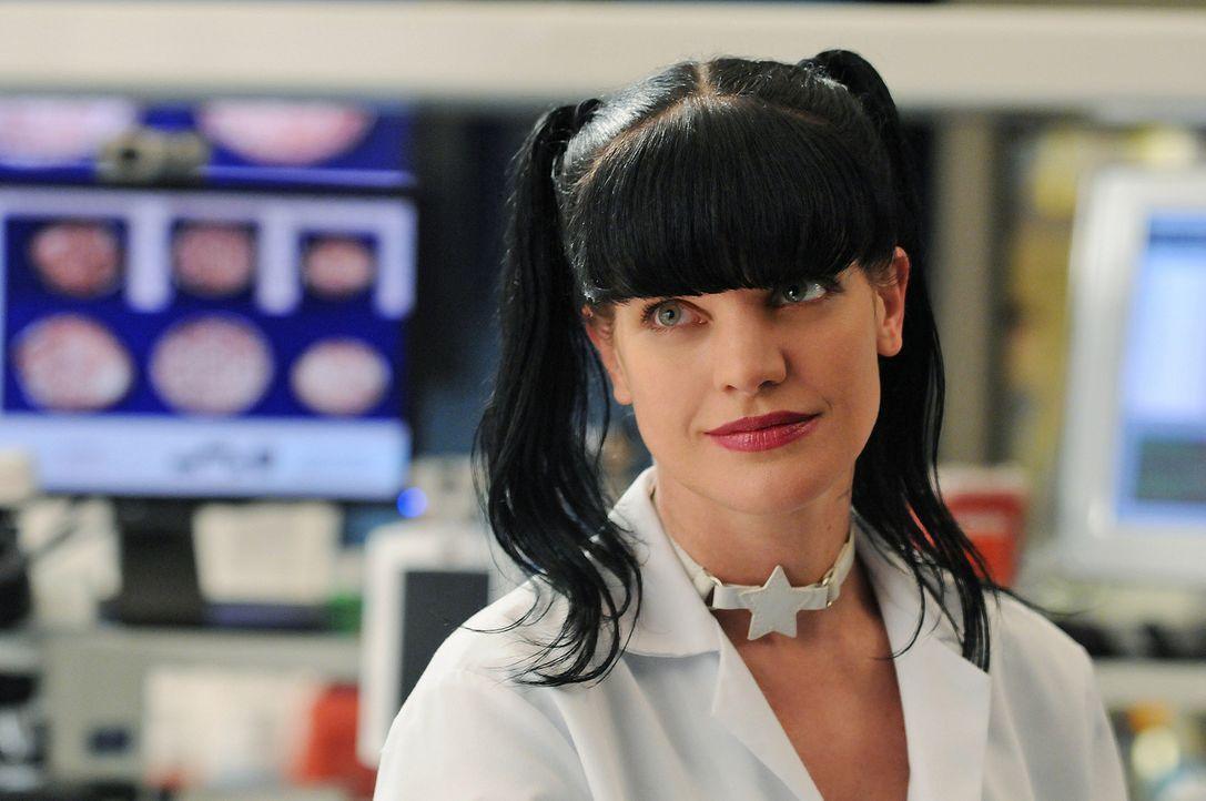 Geschickt geht Abby (Pauley Perrette) vor, um einen neuen Fall zu lösen ... - Bildquelle: CBS Television