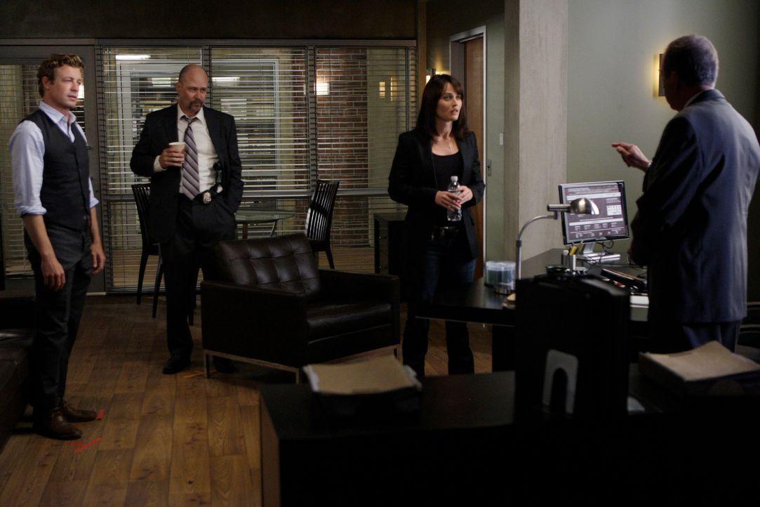 Schlechte Nachricht: Minelli (Gregory Itzin, r.), der Chef des CBIs, entzieht Patrick Jane (Simon Baker, l.) und Teresa Lisbon (Robin Tunney, 2.v.r.... - Bildquelle: Warner Bros. Television