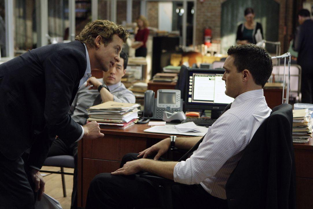 Der neue Fall erweist sich als schwieriger als gedacht: Patrick (Simon Baker, l.) und Kendall (Tim Kang, M.) bemerken, dass Wayne (Owain Yeoman, r.)... - Bildquelle: Warner Bros. Television