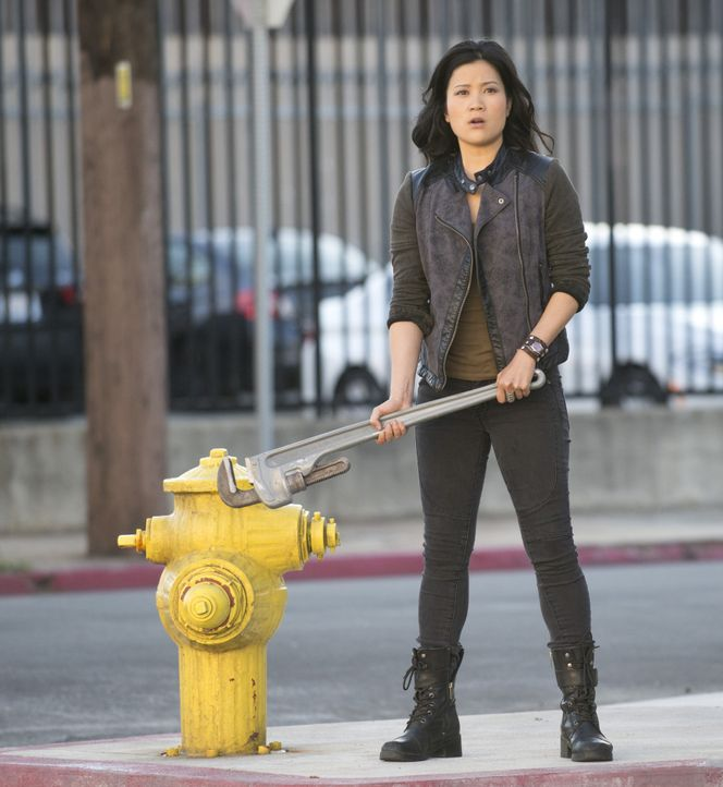 An Happy (Jadyn Wong) kommt so schnell keiner vorbei ... - Bildquelle: Neil Jacobs 2014 CBS Broadcasting, Inc. All Rights Reserved / Neil Jacobs