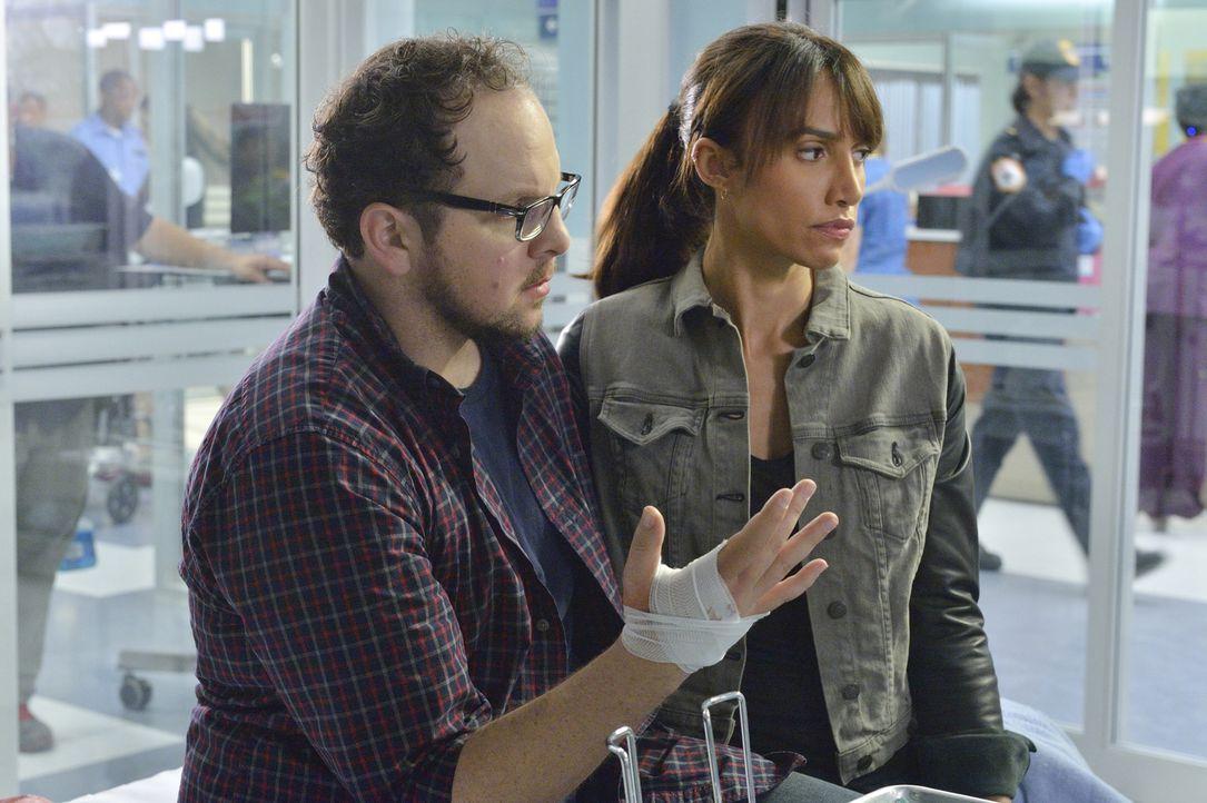 Als wäre der Anschlag auf Catherine nicht genug, haben Tess (Nina Lisandrello, r.) und J.T. (Austin Basis, l.) auch noch mit Todesangst zu kämpfen .... - Bildquelle: Ben Mark Holzberg 2015 The CW Network, LLC. All rights reserved.