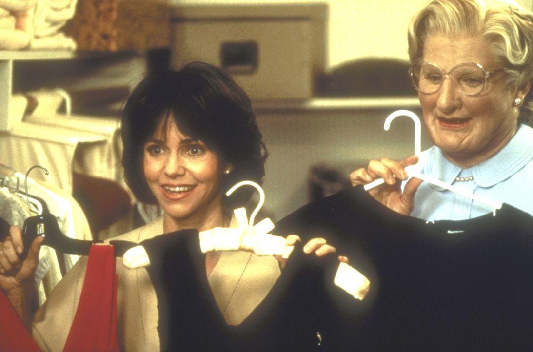 Bereits nach wenigen Tagen lässt sich Miranda (Sally Field, l.) gerne auch in privaten Dingen von Mrs. Doubtfire (Robin Williams, r.) beraten ... - Bildquelle: 20th Century Fox