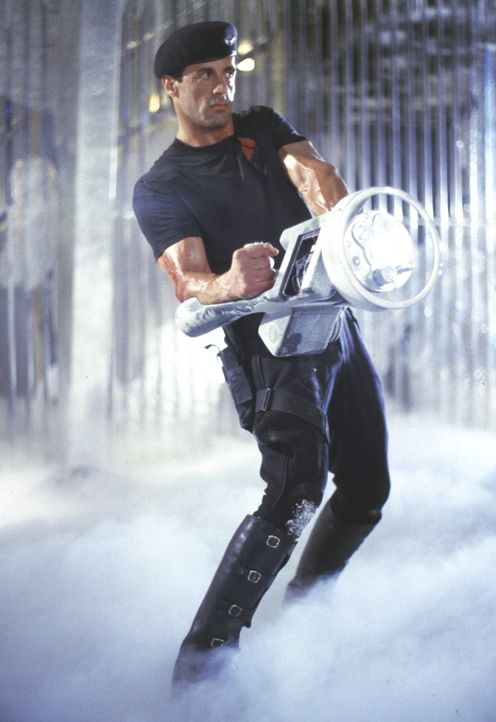 """Einmal aufgetaut ist der Polizist John Spartan (Sylvester Stallone), auch bekannt unter dem Namen """"Demolition Man"""", nicht mehr zu bremsen ... - Bildquelle: Warner Brothers International Television Distribution Inc."""