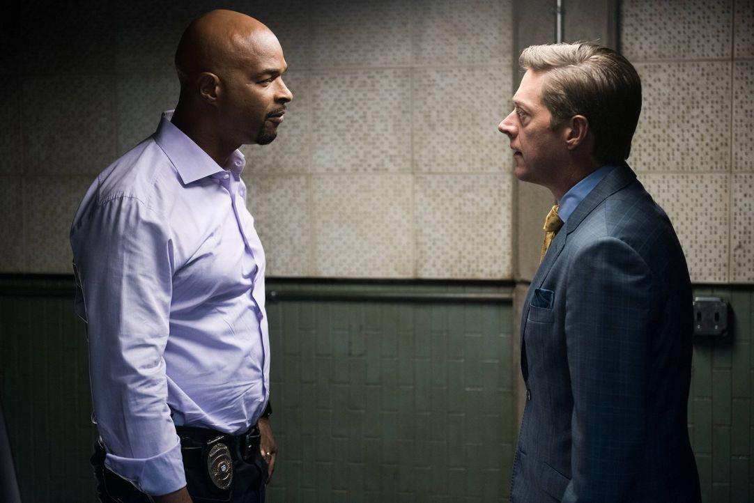 Captain Avery Brooks (Kevin Rahm, r.) beauftragt Riggs und Murtaugh (Damon Wayans, l.) mit der Aufklärung eines neuen Mordfalles, dabei geraten sie... - Bildquelle: 2016 Warner Brothers