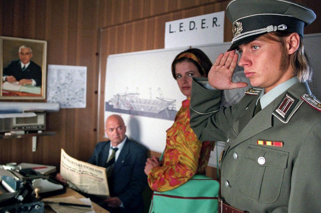 In der Höhle des Löwen: Jenny (Mira Bartuschek, M.) und Frank (Constantin von Jascheroff, r.) melden sich als angebliche Stasi-Mitarbeiter bei Hau... - Bildquelle: Aki Pfeiffer Sat.1