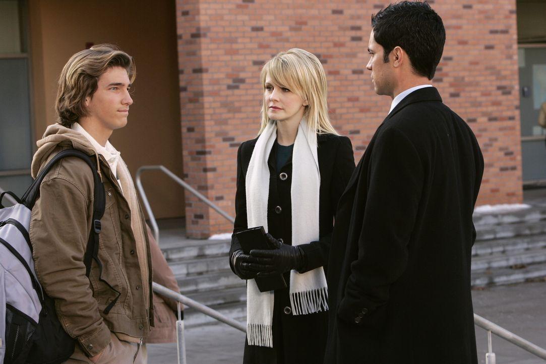 Kann Michael (Jordan Potter, l.) Lilly (Kathryn Morris, M.) und Scott (Danny Pino, r.) bei ihren Recherchen weiterhelfen? - Bildquelle: Warner Bros. Television