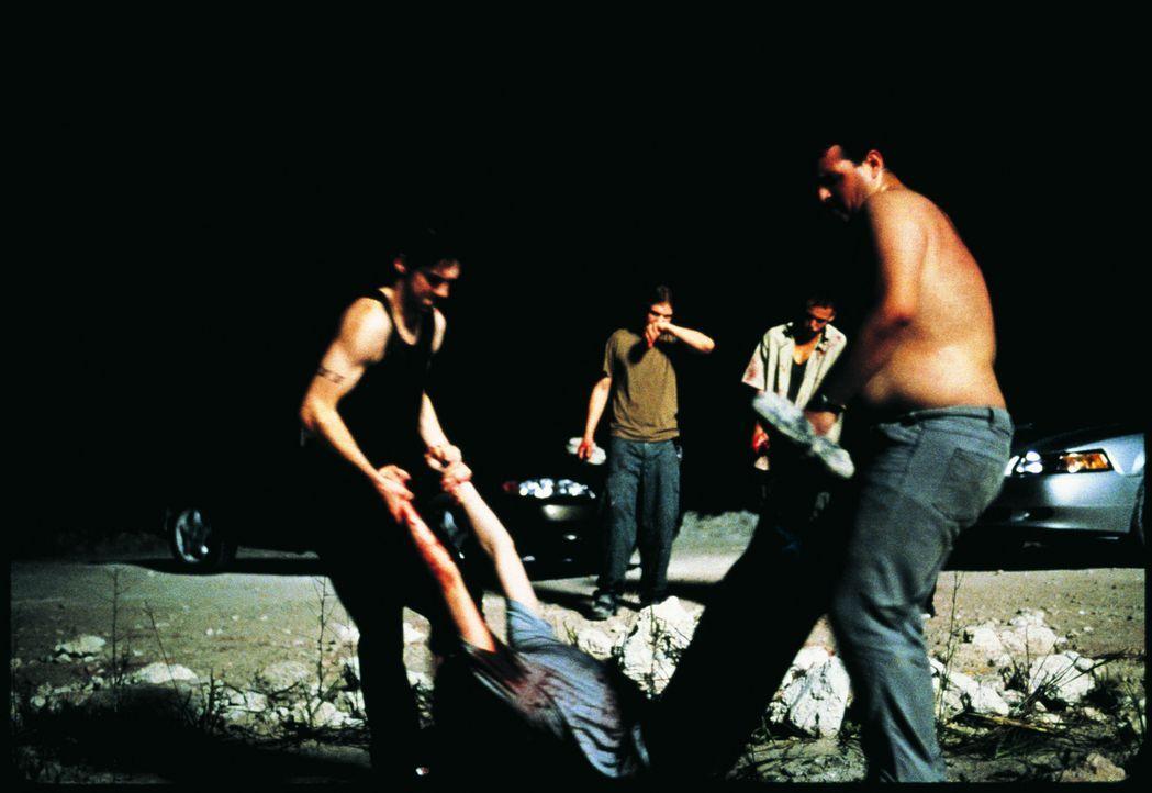 The Hitman (Leo Fitzpatrick, l.) schafft die Leiche weg. Doch die grausige Tat lässt sich nicht lange verschweigen ...
