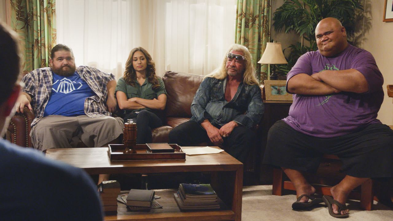 "Sind besorgt um Steves Gesundheit: (v.l.n.r.) Jerry Ortega (Jorge Garcia), Tani Rey (Meaghan Rath), Dog the Bounty Hunter (Duane ""Dog"" Chapman) und... - Bildquelle: 2017 CBS Broadcasting Inc. All Rights Reserved."