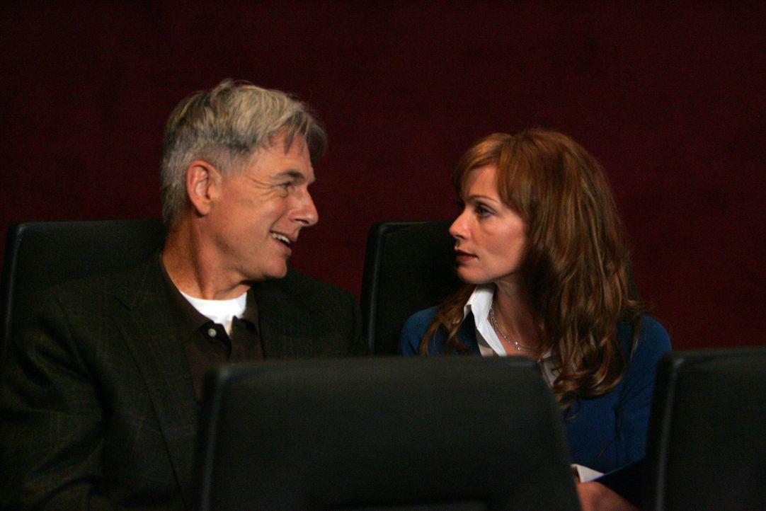 Besprechen die Lage: Gibbs (Mark Harmon, l.) und NCIS Direktorin Jenny Shepard (Lauren Holly, r.) ... - Bildquelle: TM &   2006 CBS Studios Inc. All Rights Reserved.