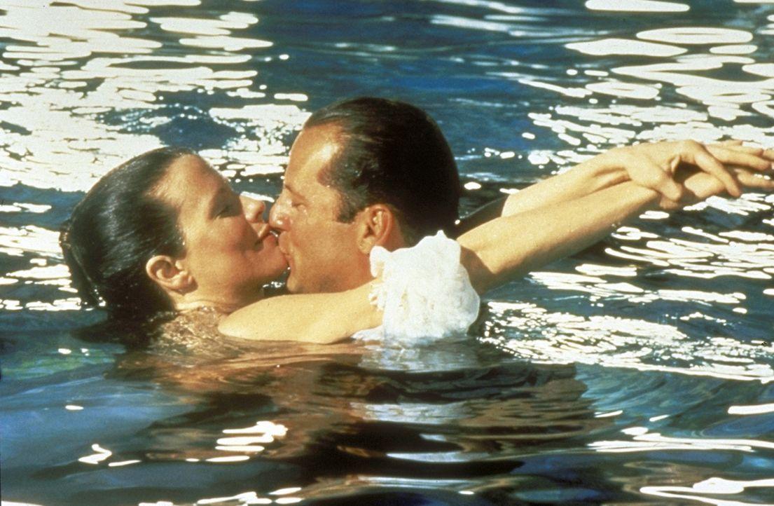 Spiel mit dem Feuer: Der aufstrebende Jungmanager Walter Davis (Bruce Willis, r.) erliegt den Reizen der schönen Nadia (Kim Basinger, l.) ... - Bildquelle: TriStar Pictures