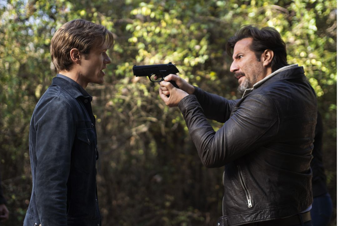 Angus MacGyver (Lucas Till, l.); Russ Taylor (Henry Ian Cusick, r.) - Bildquelle: Nathan Bolster 2020 CBS Broadcasting, Inc. All Rights Reserved. / Nathan Bolster