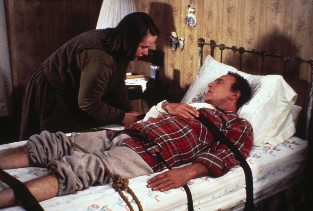 Paul Sheldon (James Caan, r.) muss leider erkennen, dass seine Pflegerin Annie (Kathy Bates, l.) gar nicht daran denkt, ihn gehen zu lassen ... - Bildquelle: Castle Rock Entertainment