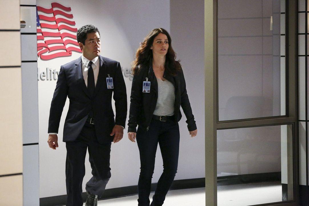 Die Existenz eines geheimen Spionageverbunds kommt ans Licht. Teresa Lisbon (Robin Tunney, r.) und Kimball Cho (Tim Kang, l.) versuchen, eine Verbin... - Bildquelle: Warner Bros. Television
