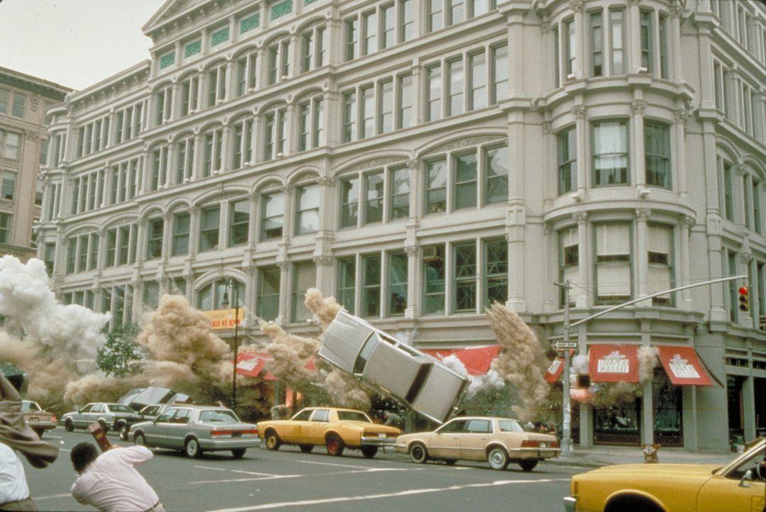Obwohl Zeus und McClane alle Rätsel gelöst haben, jagt Simon ein Gebäude in die Luft ... - Bildquelle: Buena Vista Home Entertainment © 1995 Cinergi Pictures Entertainment Inc. Cinergi Productions N.V. Inc. and Twentieth Century Fox Film Corporation