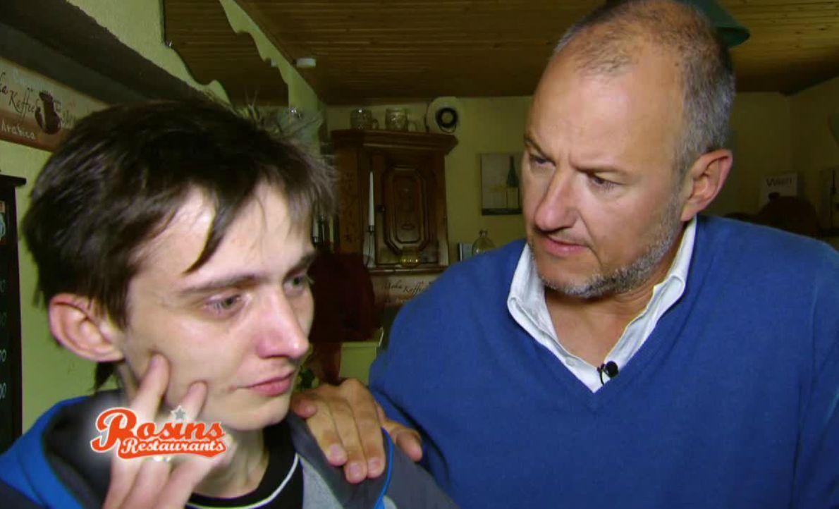 Kann Frank Rosin (r.) dem jungen Rocco (l.) helfen, seine Gastronomie samt Hotelbetrieb zu retten? - Bildquelle: kabel eins