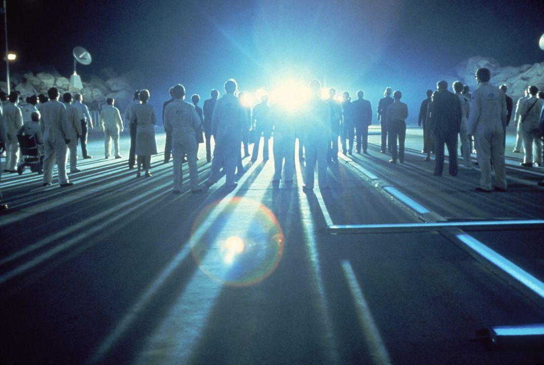 Gebannt starren die Wissenschaftler auf das gelandete Raumschiff und warten, bis sich die Fremden zeigen. - Bildquelle: Columbia Pictures