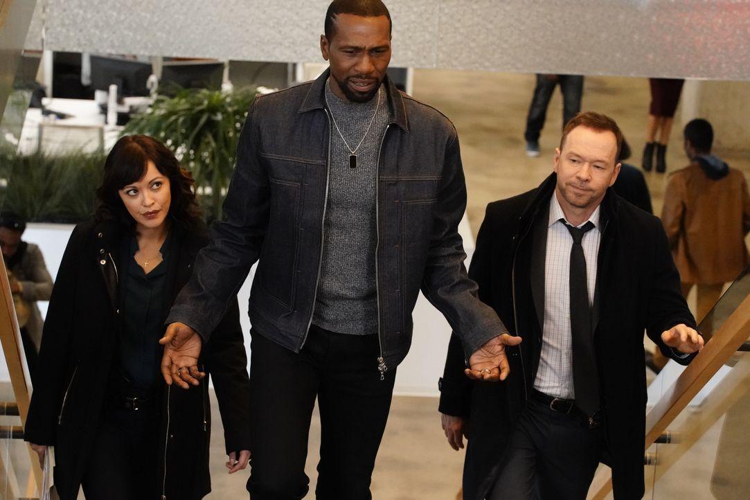 (v.l.n.r.) Maria Baez (Marisa Ramirez); Cameron Gooding (Leon); Danny Reagan (Donnie Wahlberg) - Bildquelle: John Paul Filo 2018 CBS Broadcasting, Inc. All Rights Reserved.