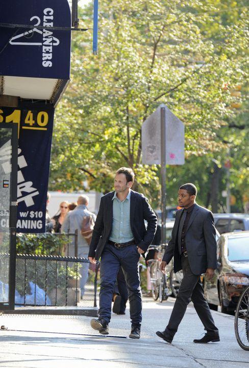 Gemeinsam versuchen sie einen neuen Mordfall aufzudecken: Sherlock Holmes (Jonny Lee Miller, l.) und Marcus Bell (Jon Michael Hill, r.) ... - Bildquelle: CBS Television
