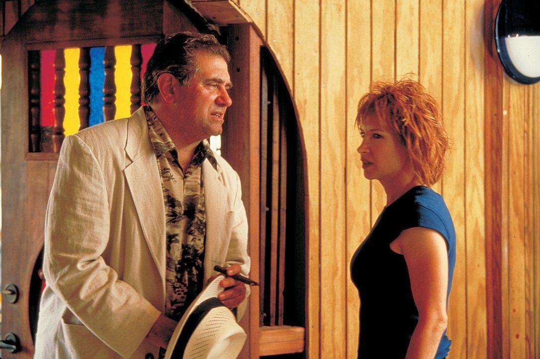 Ob Julie (Cynthia Rothrock, r.) Detective Froman (Dan Lauria, l.) trauen kann wird sich noch herausstellen - Bildquelle: Sony 2007 CPT Holdings, Inc.  All Rights Reserved.