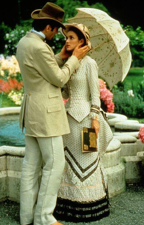Die Liebe zwischen dem jungen Anwalt Newland Archer (Daniel Day-Lewis, l.) und der hübschen May Welland (Winona Ryder, r.) scheint unendlich ... - Bildquelle: Columbia Pictures