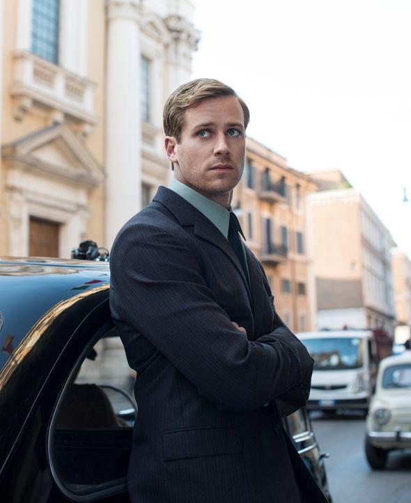 Der charmante russische Agent Illya Kuryakin (Armie Hammer) soll sich als Architekt ausgeben und mit seiner angeblichen Verlobten Gaby deren Onkel e... - Bildquelle: Warner Bros.