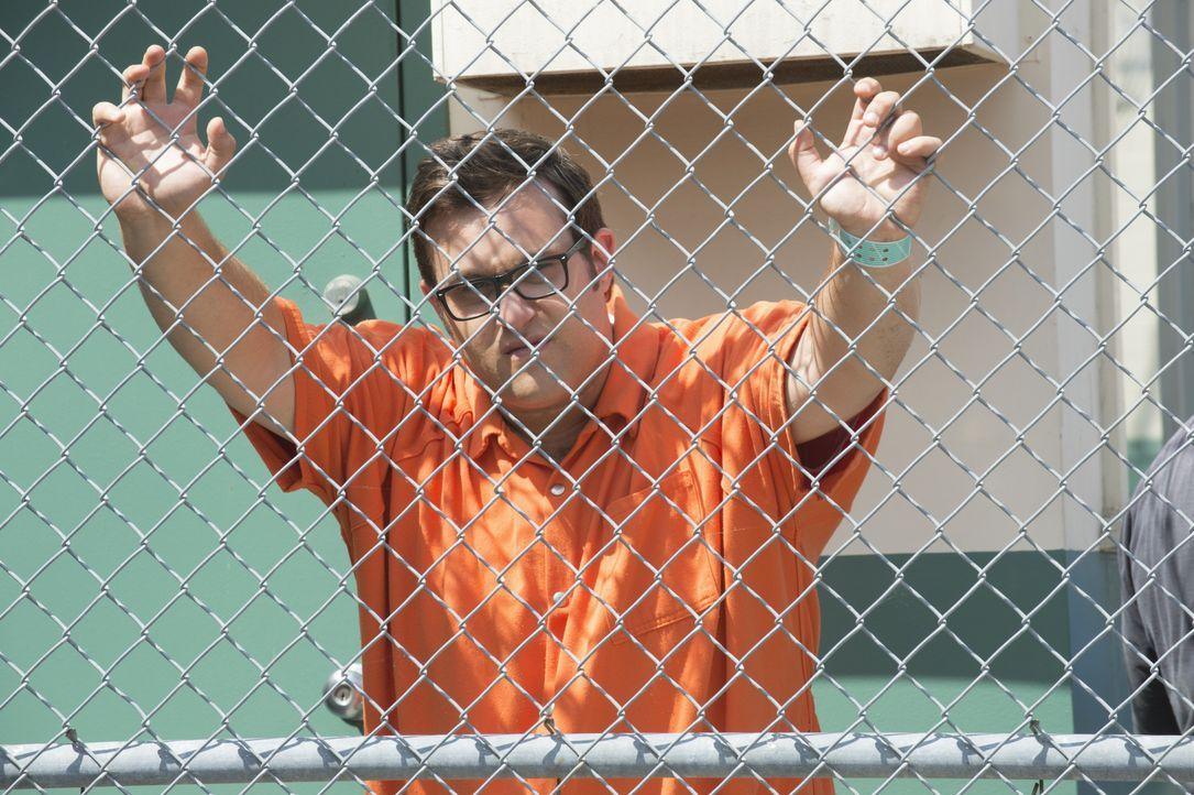 Ein Mord im Gefängnis sorgt dafür, dass schließlich sogar Sylvester (Ari Stidham) hinter Gittern endet. Doch warum? - Bildquelle: Neil Jacobs 2015 CBS Broadcasting, Inc. All Rights Reserved. / Neil Jacobs