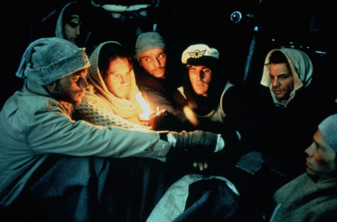 Als die Überlebenden im Radio hören, dass die Suche nach ihnen offiziell eingestellt wurde, macht sich Hoffnungslosigkeit breit ... - Bildquelle: Buena Vista Pictures