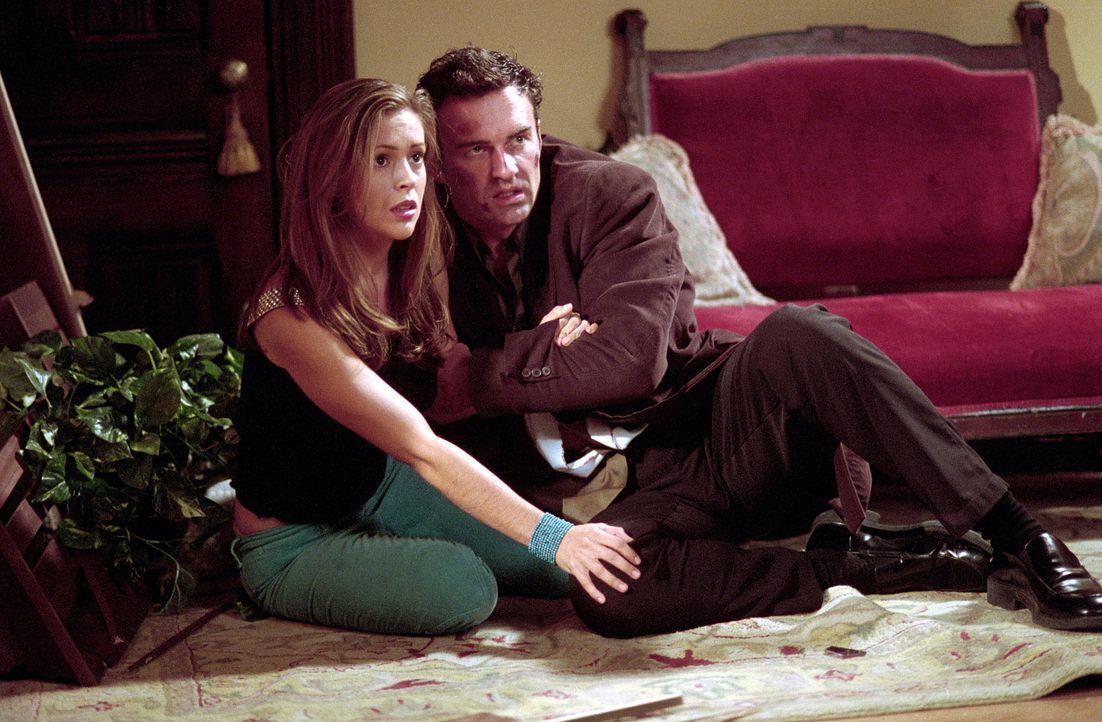 Phoebe (Alyssa Milano, l.) muss herausfinden, wie sie Piper wieder zurückholen kann. Cole (Julian McMahon, r.) stellt sich als Köder zur Verfügung,... - Bildquelle: Paramount Pictures