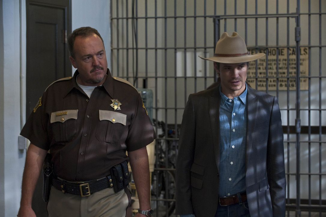 Sheriff Hunter Mosley (Brent Sexton, l.) bringt Raylan Givens (Timothy Olyphant, r.) zu seinem Vater, der mal wieder im Knast gelandet ist ... - Bildquelle: 2010 Sony Pictures Television Inc. and Bluebush Productions, LLC. All Rights Reserved.