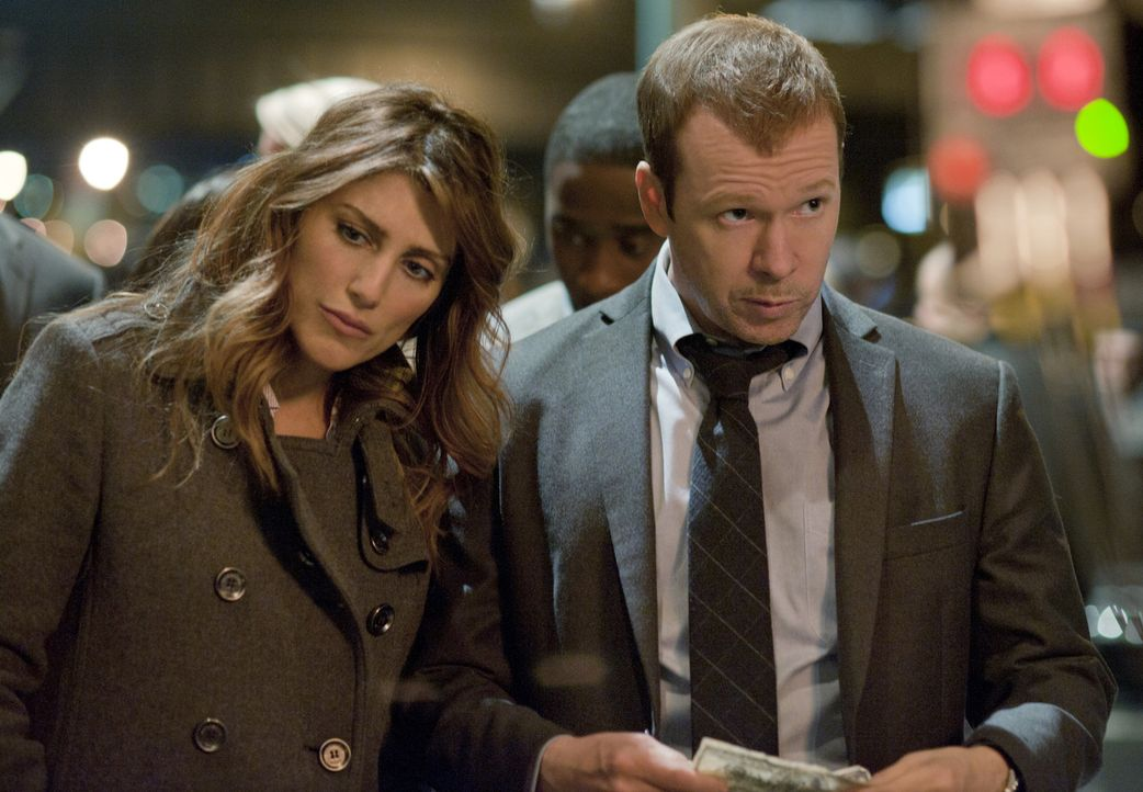 Können Jackie (Jennifer Esposito, l.) und Danny (Donnie Wahlberg, r.) den Kreis des Schweigens brechen, den die Eliteuni-Absolventen aufrecht erhalt... - Bildquelle: David Lee 2011 CBS Broadcasting Inc. All Rights Reserved