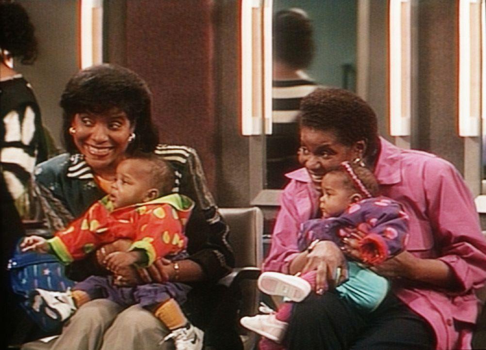 Während sich Elvin und Sondra zu Tode sorgen, amüsieren sich die Omas Clair (Phylicia Rashad, l.) und Francine (Marcella Lowery, r.) mit den Zwill... - Bildquelle: Viacom