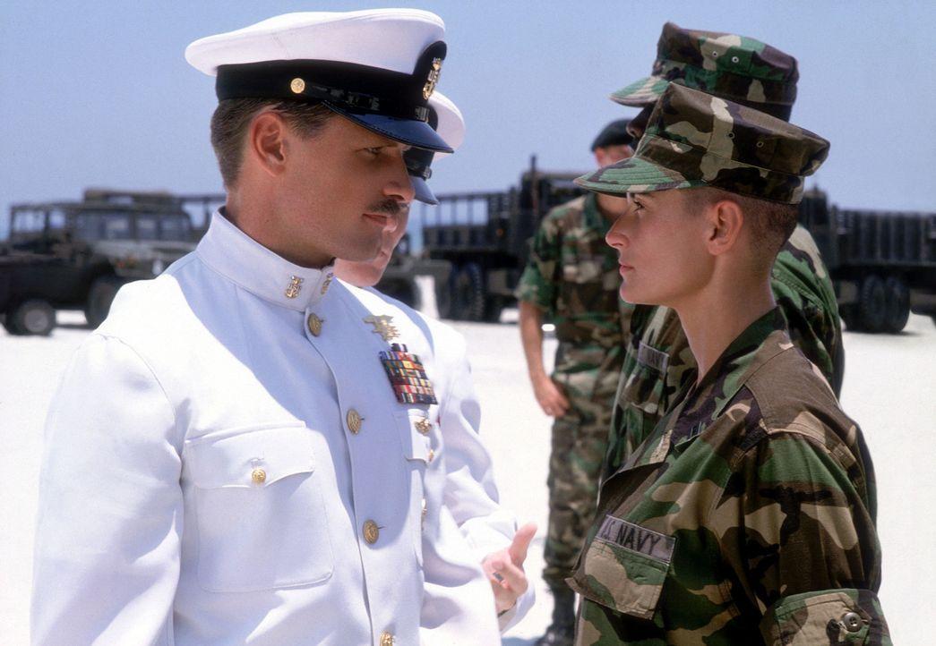 Von den Männern im Camp als Fremdkörper betrachtet, stößt Navy-Offizier Lieutenant Jordan O'Neil (Demi Moore, r.) zunächst auf blanke Ablehnung und... - Bildquelle: Buena Vista International