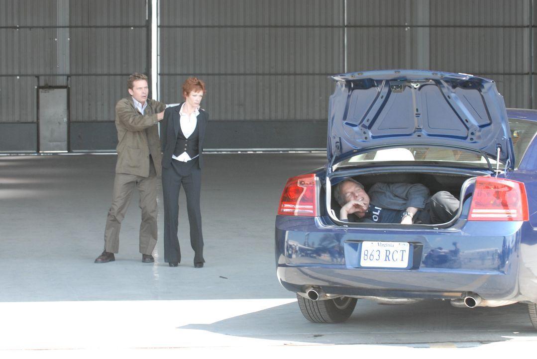 Um Jenny Shepard (Lauren Holly, M.) aus den Fängen des Entführers (Connor Trinneer, l.) freizubekommen, hat Gibbs (Mark Harmon, r.) eine gefährliche... - Bildquelle: CBS Television