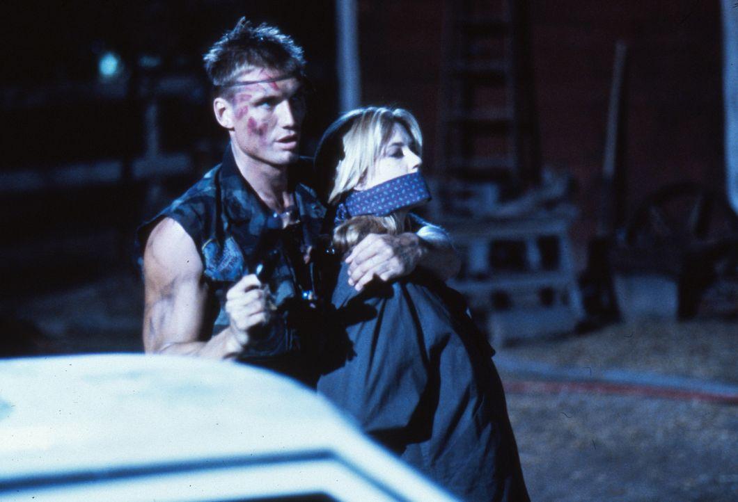 Die Journalistin Veronica Roberts (Ally Walker, r.) gerät mitten in den mörderischen Kampf zwischen Luc und Andrew Scott (Dolph Lundgren, l.) ... - Bildquelle: 1992 TriStar Pictures