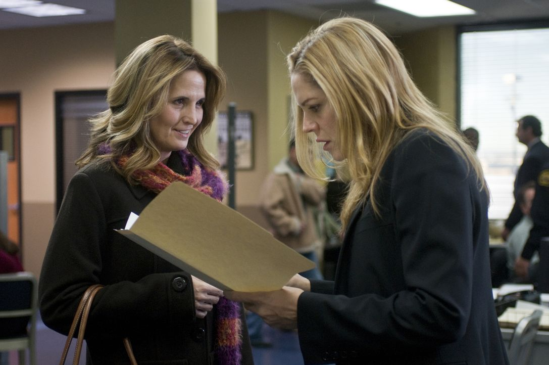 Schaffen es Eleanor (Holly Maples, l.) und Mary (Mary McCormack, r.) zusammenzuarbeiten, um Stan zu retten? - Bildquelle: USA Network