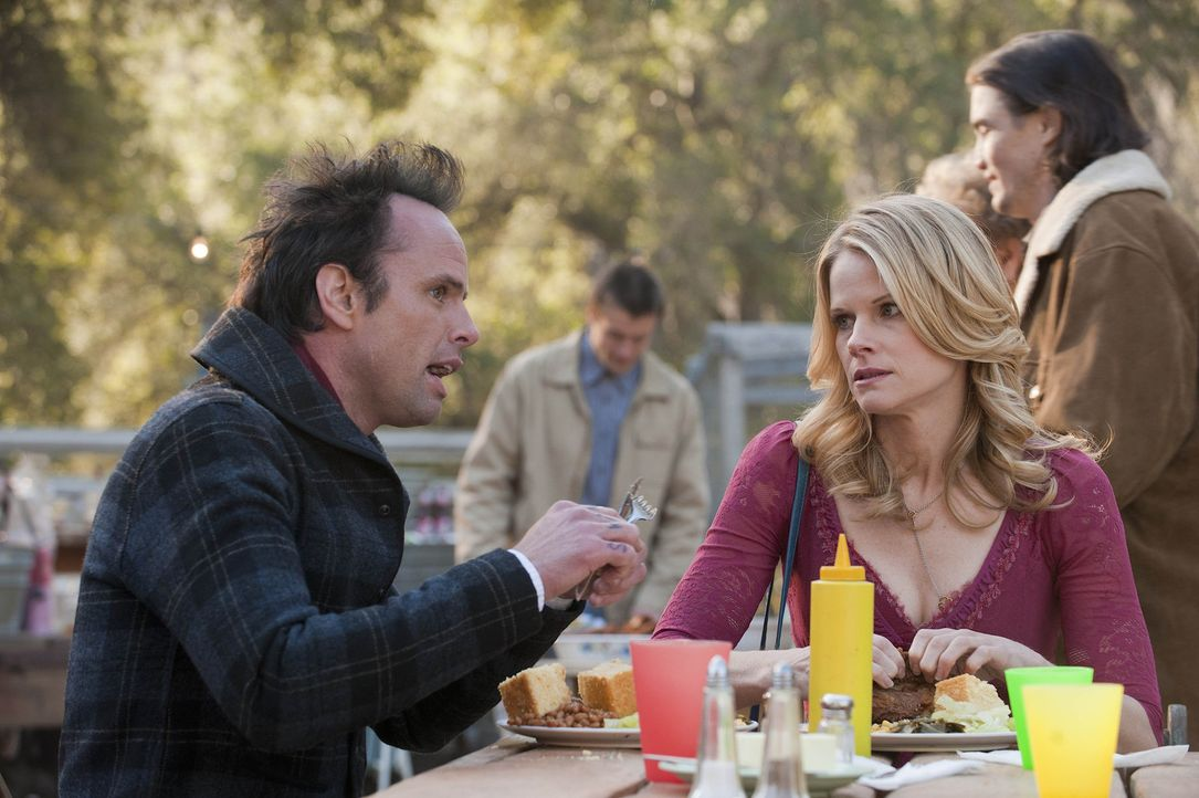 Sie sind zwar keine gerngesehenen Gäste, dennoch lassen sich Boyd (Walton Goggins, l.) und Ava (Joelle Carter, r.) das Fest, zu dem Mag geladen hat... - Bildquelle: 2011 Sony Pictures Television Inc. and Bluebush Productions, LLC. All Rights Reserved.