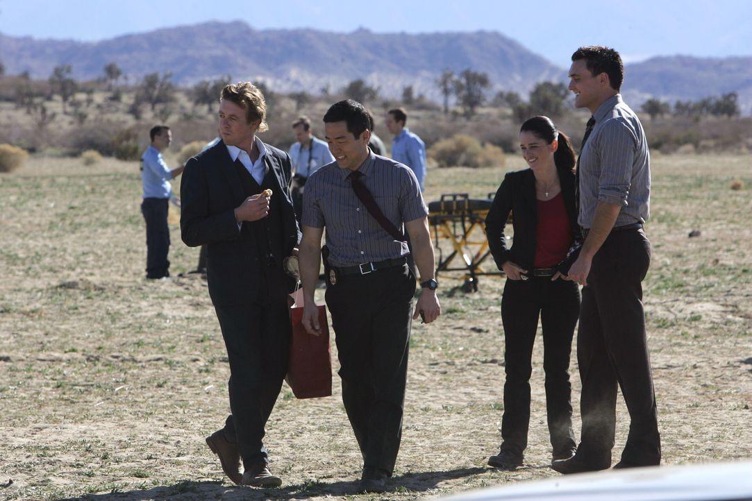 Patrick (Simon Baker, l.), Wayne (Owain Yeoman, r.), Kendall (Tim Kang, 2.v.l.) und Teresa (Robin Tunney, 2.v.r.) versuchen herauszufinden, was wirk... - Bildquelle: Warner Bros. Television