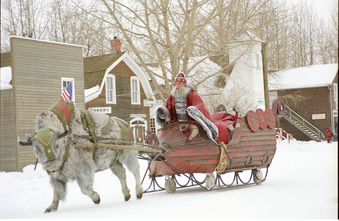 Santa Claus (Bill Goldberg) ist eigentlich ein Dämon. Mit seinem fliegenden Schlitten verlässt er den Nordpol, um einen blutigen Weihnachtsfeldzug z... - Bildquelle: E.M.S. New Media AG