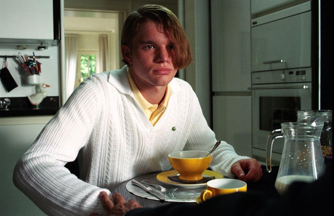 Anfangs hat Ronnie (Tobias Schenke) große Schwierigkeiten sich so zu verhalten wie sein Zwilling Tim. Aber mit der Zeit hat er den Dreh raus und sc... - Bildquelle: Akkord Film Produktion GmbH