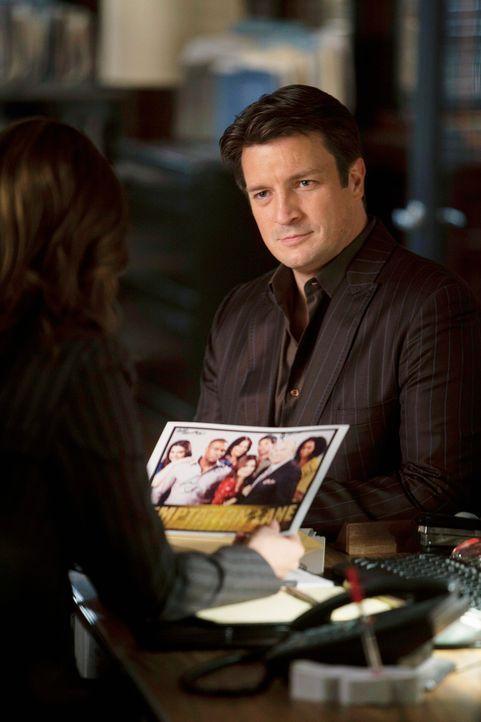 Richard Castle (Nathan Fillion, r.) zeigt Kate Beckett (Stana Katic, l.) eine interessante Entdeckung, die er bei den Ermittlungen im aktuellen Fall... - Bildquelle: ABC Studios