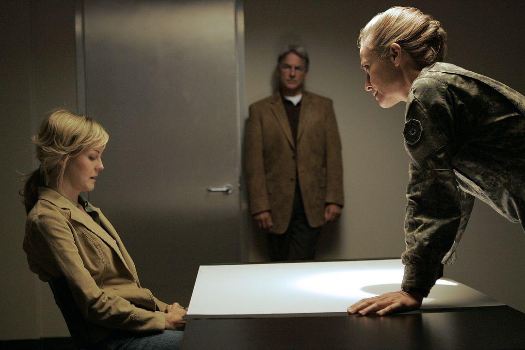 Ein Captain wird tot aufgefunden. Doch diesmal kann Gibbs (Mark Harmon, M.) die Ermittlungen nicht leiten, denn eine der Hauptverdächtigen ist seine... - Bildquelle: CBS Television