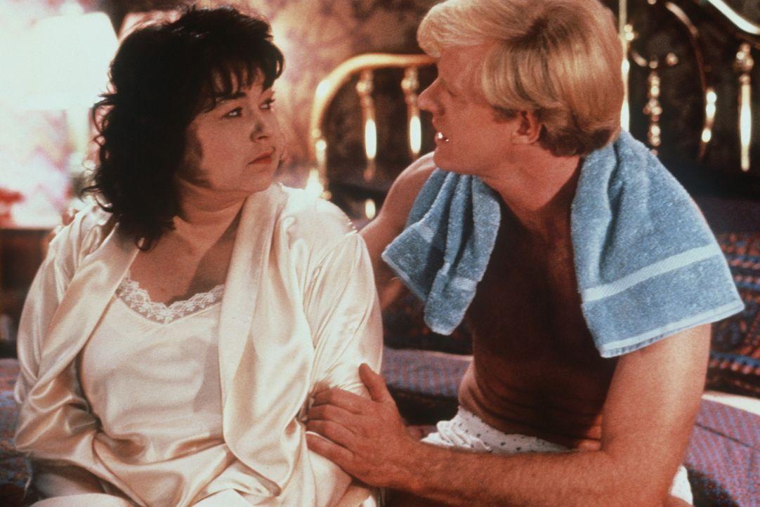 Kaum hat der gut aussehende Steuerberater Bob (Ed Begley jr., r.) eine bessere Frau gefunden, lässt er seine arme Ehefrau Ruth (Roseanne Barr, l.)... - Bildquelle: 20th Century Fox