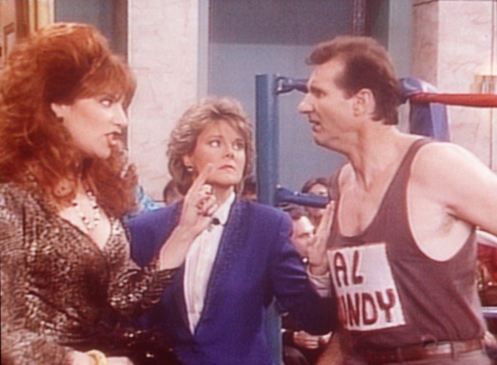 Peggy (Katey Sagal, l.) und Marcy (Amanda Bearse, M.) drängen Al (Ed O'Neill, r.), mit einen Ringkampf Geld zu verdienen. - Bildquelle: Columbia Pictures