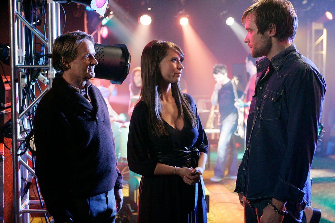 Melinda (Jennifer Love Hewitt, M.) vermittelt zwischen Brandon (Neil Hopkins, r.) und dem Geist seines Vaters Patrick (Norbert Weisser, l.) mit dem... - Bildquelle: ABC Studios